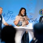 Staatsministerin Kaniber hält eine Ansprache