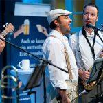 Musiker singen und spielen