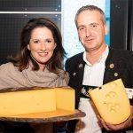 Gruppenbild mit Staatsministerin Kaniber mit Käse