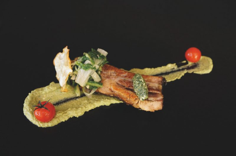 Bäckchen vom Landschwein mit Sellerie und Petersilie